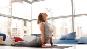 Bocznego widoku portret robi joga piękna młoda kobieta lub pilates ćwiczymy zbiory