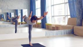 Bocznego widoku portret robi joga piękna młoda kobieta lub pilates ćwiczymy zdjęcie wideo