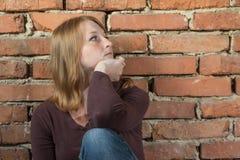 Bocznego widoku portret smutna rudzielec młoda kobieta Zdjęcia Royalty Free