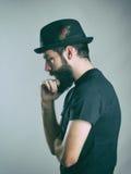 Bocznego widoku profil brodaty poważny modnisia główkowanie, patrzeć w dół i Fotografia Stock