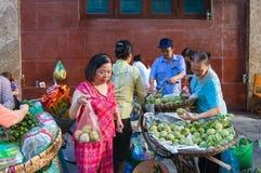 Bocznej ulicy ranku rynek w Hanoi Zdjęcia Royalty Free