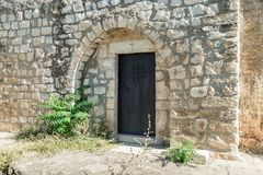 Boczny drzwi w funkcjonuje kościół Chrześcijański Maronites w zaniechanej wiosce Kafr Birim w północy Izrael Obraz Stock