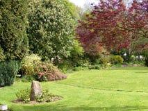 Boczny ogrodowy kwiat rabatowy Anvin Francja i drzewo Fotografia Stock