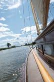 Boczny pokład tradycyjny jachtu żeglowanie na Norfolk Broads obraz stock