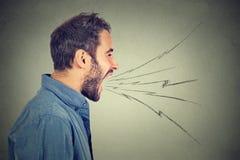 Boczny profil młody gniewny mężczyzna krzyczeć Zdjęcia Stock