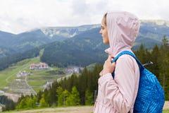 Boczny profilowy widok atrakcyjna piękna dziewczyna, jest ubranym przypadkową różaną kurtkę, błękitnego plecak, żeński backpackin obraz stock