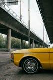 boczny widok żółty retro klasyczny samochód obraz royalty free