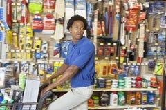 Boczny widok amerykanin afrykańskiego pochodzenia w narzędzia sklepie fotografia stock