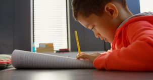 Boczny widok baczny Azjatycki uczniowski studiowanie przy biurkiem w sali lekcyjnej przy szkołą 4k zbiory