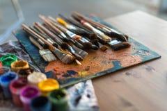 Boczny widok barłóg z nafcianej farby brushstrokes pod paintbrush ustawiającym w sztuki studiu fotografia stock