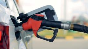 Boczny widok benzyny nozzle wkładający w samochodu zbiornika zdjęcie wideo