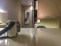 Boczny widok bielu lustro mniej kamery na stole z zamazanym izbowym tłem fotografia royalty free