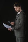 Boczny widok biznesmen z powiększać - szklany mienie kontrakt Obraz Royalty Free