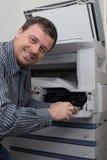 Boczny widok biznesmena naprawiania ładownica w fotokopii maszynie Obrazy Royalty Free