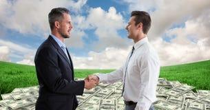 Boczny widok biznesmeni trząść ręki z pieniądze w tle Obraz Stock