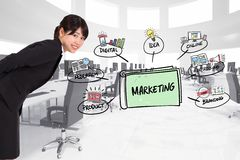 Boczny widok bizneswoman z marketingowymi grafika Fotografia Royalty Free