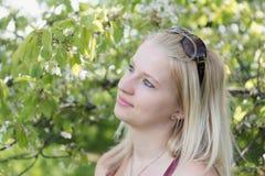 Boczny widok chłodno uśmiechnięta młoda blond kobieta Obraz Stock