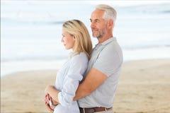 Boczny widok czule starsza pary pozycja przy plażą Zdjęcie Stock