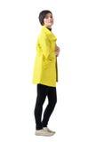 Boczny widok dosyć kobieca krótkiego włosy brunetka jest ubranym żółtego żakiet Obraz Royalty Free