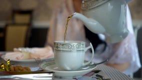 Boczny widok ?e?ska dolewanie herbata zdjęcie wideo