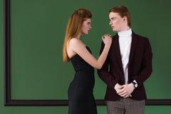 Boczny widok elegancka młoda para modele ubierał zdjęcia stock