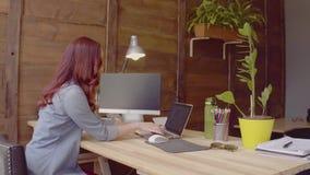 Boczny widok freelanver żeński działanie z laptopem zdjęcie wideo