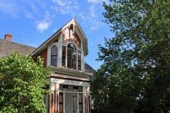 Boczny widok gabled ganeczek stary dom od xix wiek w historycznej Sherbrooke wiosce w nowa Scotia i wierza zdjęcie stock