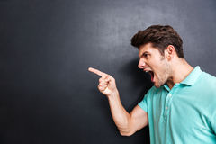 Boczny widok gniewny mężczyzna krzyczy nad czarnym tłem Zdjęcie Royalty Free