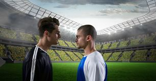 Boczny widok gracze piłki nożnej patrzeje each inny przy stadium Obraz Stock
