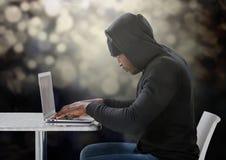 Boczny widok hacker używa laptop na stole Zdjęcie Stock
