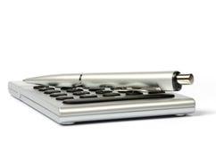 Kalkulator i pióro na białym tle Fotografia Stock