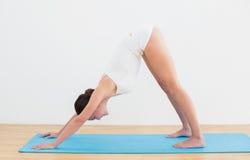 Boczny widok kobieta ćwiczy na macie Zdjęcia Royalty Free