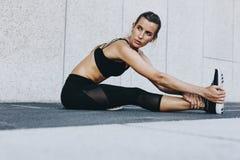 Boczny widok kobiety atlety rozgrzewkowy up zdjęcie stock