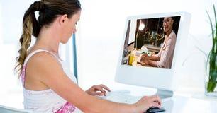 Boczny widok kobiety wideo konferencja na komputerze Obrazy Royalty Free