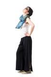 Boczny widok krótkiego włosy kobieta jest ubranym okulary przeciwsłonecznych z rękami na biodra przyglądający up Obrazy Stock