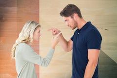 Boczny widok mężczyzna i kobieta wskazuje podczas gdy dyskutujący Obrazy Stock