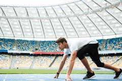 Boczny widok młoda atleta przy zaczyna pozycją zdjęcie stock