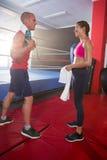 Boczny widok młode męskie i żeńskie atlety opowiada bokserskim pierścionkiem Obraz Stock