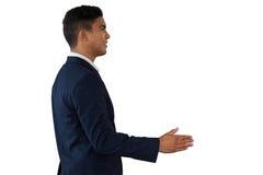 Boczny widok młodego biznesmena przedłużyć ręki dla uścisku dłoni Zdjęcia Royalty Free