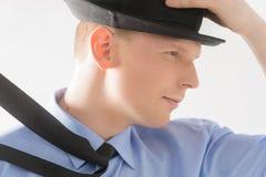 Boczny widok młodego człowieka mienia kapelusz Zdjęcia Royalty Free