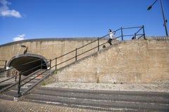 Boczny widok młodej kobiety odprowadzenia puszka schodki Fotografia Stock