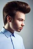 Boczny widok młody człowiek z retro klasyczną pompadour fryzurą zdjęcia stock