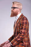 Boczny widok młody moda mężczyzna z długą brodą zdjęcie royalty free