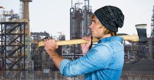 Boczny widok męska modnisia mienia cioska przeciw fabryce Fotografia Stock
