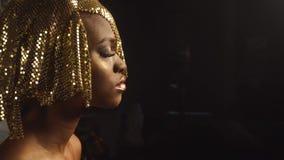 Boczny widok magiczny surrealistyczny złoty amerykanin afrykańskiego pochodzenia kobiety model z jaskrawym błyskotliwości makeup  zbiory