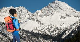 Boczny widok modnisia przewożenia plecak z kamerą i patrzeć góry Zdjęcia Royalty Free