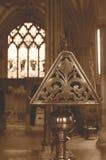 Boczny widok Mosiężny pulpit w studni Katedralnym sepiowym brzmieniu Zdjęcie Royalty Free