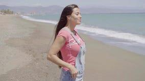 Boczny widok na kobiecie patrzeje plażę zbiory wideo