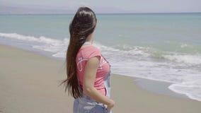 Boczny widok na kobiecie patrzeje plażę zbiory
