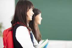 Boczny widok nastolatek dziewczyny uczeń w sala lekcyjnej zdjęcia royalty free